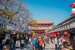 佛教寺庙名字'Sensoji'在浅草地区在东京,日本 免版税库存图片