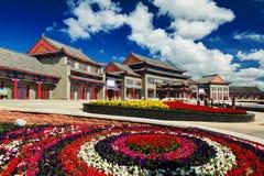 佛教寺庙和花床 库存图片