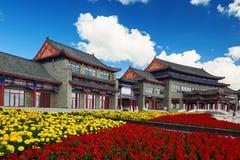 佛教寺庙和花 库存图片