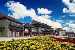 佛教寺庙和黄色花 免版税库存照片