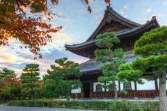 佛教寺庙在秋天期间的京都 图库摄影