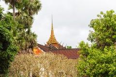 佛教寺庙大厦的屋顶的看法在Louangphabang,老挝 复制文本的空间 免版税库存照片