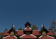 佛教寺庙屋顶有深刻的蓝天背景 免版税库存图片