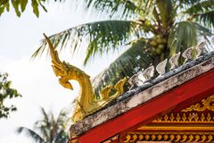 佛教寺庙的屋顶的看法, Louangphabang,老挝 clos 图库摄影