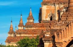 佛教寺庙的看法反对蓝天的在Bagan,缅甸 免版税图库摄影