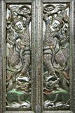 佛教寺庙的门,锤击,被追逐 免版税库存照片