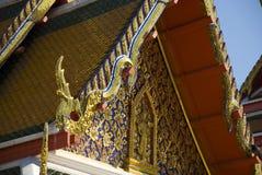佛教寺庙金黄华丽屋顶在曼谷,泰国 库存照片
