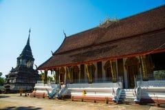 佛教寺庙 角度高屋顶寺庙 老挝 老挝 有金子的ddhist寺庙 老挝 老挝 免版税库存图片