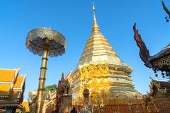 佛教建筑structur围拢的大金黄chedi 库存图片