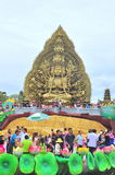 佛教徒人群为菩萨提供香火用一千只手,并且在Suoi连队的一千只眼睛在西贡停放 图库摄影