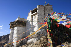 佛教徒修道院和祷告旗子,拉达克,印度 免版税图库摄影