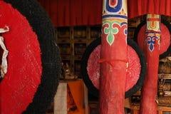 佛教徒修道院在喜马拉雅山:在红色的屋子里柱子垂悬修士巨大的礼节帽子,创造几何透视 免版税图库摄影