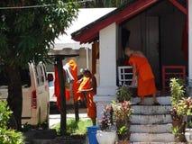 佛教徒修道院的修士在琅勃拉邦,老挝 免版税库存照片