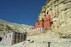 洞佛教徒修道院Nifuk Gompa在Chhoser村庄 免版税库存照片