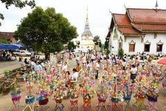佛教徒做与金钱的宗教仪式到寺庙 图库摄影