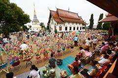 佛教徒做与金钱的宗教仪式到寺庙 库存照片