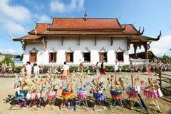 佛教徒做与金钱的宗教仪式到寺庙 免版税库存图片