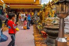 佛教徒在Wat Phra祈祷土井素贴在清迈, Thaila 免版税库存照片