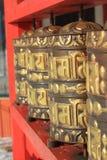 佛教徒打鼓祷告 库存照片