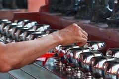 佛教徒捐赠金钱到中国寺庙由他们的信念和维护寺庙 库存照片