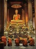 佛教教会修士祈祷 免版税库存照片