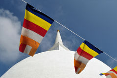 佛教旗子Mahaseya stupa, Mihintale,斯里兰卡 图库摄影