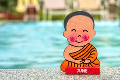 佛教男孩在度假坐在莲花坐愉快的夏天的在水池的边缘 o 签字与 图库摄影