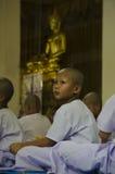 佛教男孩等待的整理 免版税库存照片