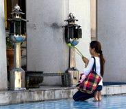 佛教祈祷的妇女 免版税图库摄影
