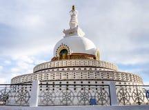 佛教装饰的印度ladakh leh纪念碑壁画明亮地绘了shanti stupa空白 库存照片