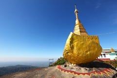 佛教金黄缅甸朝圣岩石站点 免版税库存图片