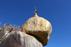 佛教金黄m塔朝圣岩石站点 库存照片