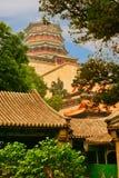 佛教香火塔的看法从颐和园的 北京瓷 免版税库存照片