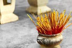佛教,泰国宗教 在缸的香火棍子在寺庙 PR 免版税库存图片