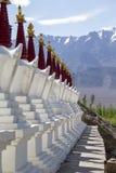 佛教chortens、白色stupa和喜马拉雅山山在背景中在Shey宫殿附近在拉达克,印度 免版税库存图片