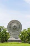 佛教dhamma轮子在有蓝天的公园 免版税图库摄影