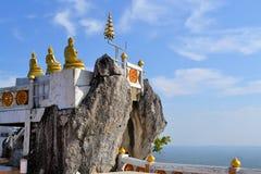 佛教mountainpeak寺庙在泰国 库存照片