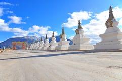 佛教Stupa。 在背景Meili挂接 免版税库存照片