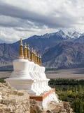 佛教stupa和喜马拉雅山山 Shey宫殿在拉达克,印度 免版税库存照片