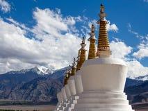 佛教stupa和喜马拉雅山山 Shey宫殿在拉达克,印度 免版税图库摄影