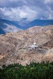 佛教stupa在一个小山顶chorten在喜马拉雅山 库存图片