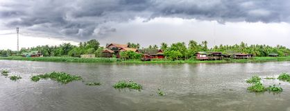 佛统-泰国,8月26日:在南塔河奇恩角河的阴云密布在一场暴雨前在2018年8月26日佛统 库存图片