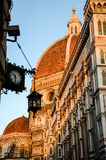 佛罗伦萨、时钟和垂悬的灯中央寺院  库存照片