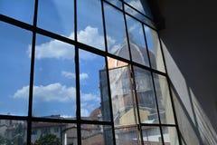 佛罗伦萨中央寺院从一个窗口的在一个晴天 免版税库存照片