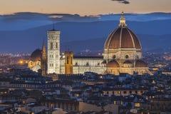 佛罗伦萨中央寺院在晚上打开 免版税库存照片