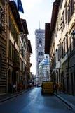 佛罗伦萨从小巷看见的中央寺院大教堂 免版税库存照片