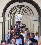 佛罗伦萨充分城市游人-繁忙的银行亚诺河-佛罗伦萨/意大利- 2017年9月12日 免版税库存照片