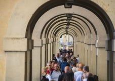 佛罗伦萨充分城市游人-繁忙的银行亚诺河-佛罗伦萨/意大利- 2017年9月12日 库存图片