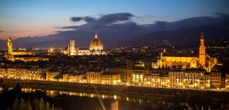 佛罗伦萨全景视图在日落以后的从Piazzale Michelangel 库存图片
