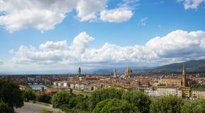 佛罗伦萨全景,大教堂圣玛丽亚台尔菲奥雷和大教堂二三塔Croce从Piazzale米开朗基罗托斯卡纳,意大利 免版税库存图片